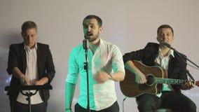 Piosenkarza, gitarzysty i dj spełnianie w karaoke, zbiory