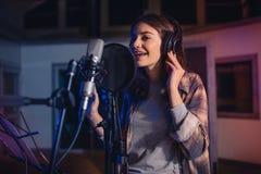 Piosenkarza magnetofonowy album w studiu Obraz Royalty Free