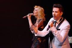 Piosenkarzi Kristina Orbakaite i Avraam Russo wykonują na scenie podczas Viktor Drobysh roku urodziny 50th koncerta przy Barclay  Zdjęcie Stock