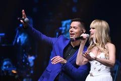Piosenkarzi Stas Piekha i Valeria wykonują na scenie podczas Viktor Drobysh roku urodziny 50th koncerta Obraz Royalty Free