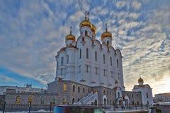 一种衰落的Piously-Troitsk大教堂在云彩 马加丹 冬天 免版税库存照片