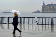 Piova a Costantinopoli, la gente stanno provando a raggiungere il pilastro del traghetto in K Fotografie Stock Libere da Diritti