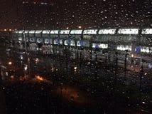 Piova sul vetro di finestra con San Diego Convention Centre nei precedenti Immagine Stock Libera da Diritti