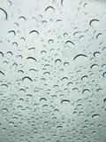 Piovendo le goccioline sopra sul parabrezza Immagine Stock