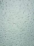 Piovendo le goccioline sopra sul parabrezza Fotografie Stock