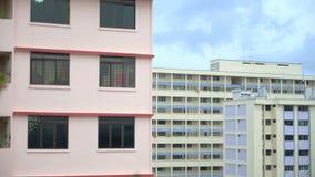 Piovendo sopra gli appartamenti era colpo 50FPS, pioggia sopra la città e fulmine, costruzione beige con i balconi stock footage