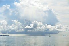 Piovendo sopra il mare Immagine Stock