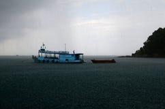 Piovendo sopra la barca al mare Fotografia Stock Libera da Diritti