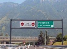 Piovene, VI Włochy, Lipiec, - 7, 2016: ruchu drogowego znak przy końcówką mot Fotografia Stock