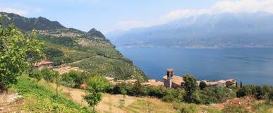 Pioveredorp en vooruitzicht aan gardameer, Italië royalty-vrije stock fotografie