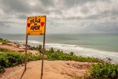 Pipa, Βραζιλία - 21 Ιουνίου 2019: Νεφελώδης ημέρα στην παραλία της αγάπης Το κίτρινο σημάδι καλωσορίζει τους επισκέπτες σε Pipa,  στοκ εικόνα με δικαίωμα ελεύθερης χρήσης