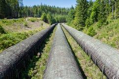Pipas del agua de Overground que llevan el agua de una presa central hidroeléctrica imágenes de archivo libres de regalías