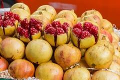 Pipas y fruta de Pomegranete en mercado fotografía de archivo libre de regalías