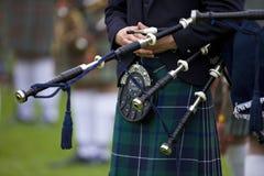 Pipblåsare på Cowalen som samlar in i Skottland Arkivfoto