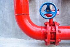 Pipe de gaz rouge avec la soupape bleue photographie stock