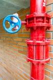 Pipe de gaz rouge avec la soupape bleue image stock