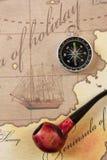 Pipe et compas de tabac sur la carte photo stock