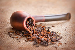 Pipe et tabac de fumage photographie stock libre de droits