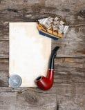 Pipe, gammalt papper, kompasset och det model klassiska fartyget Arkivbild