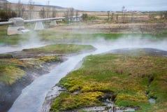 Pipeline som ångar geotermisk varmvatten, Island Royaltyfria Bilder