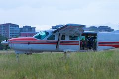 Piper Aircraft branca com interior aberto da bagageira e do paraquedista: Treinamento de salto de paraquedas Imagens de Stock Royalty Free