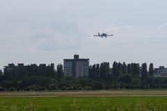 Piper Aircraft Taking branca pequena e clara fora da pista de decolagem Imagem de Stock