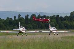 Piper Aircraft Taking vermelha pequena e clara fora da pista de decolagem Foto de Stock Royalty Free