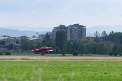 Piper Aircraft Taking vermelha pequena e clara fora da pista de decolagem Fotografia de Stock Royalty Free