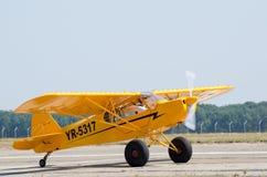 Piper Cub gulingflygplan på airshow Royaltyfria Foton