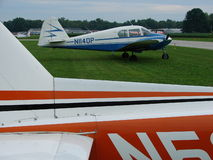Piper Pa belamente restaurada 23 aviões gêmeos do motor de Apache Imagem de Stock