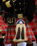 Piper Sporrann auf einem Plaidkilt mit schwarzem Kittel Stockbild