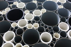 Pipes de PVC empilées dans le chantier de construction Photographie stock