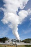 Pipes géothermiques et brouillard de centrale Image stock