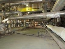 Pipes, tubes et matériel géants à l'intérieur de centrale, scène de nuit Image stock