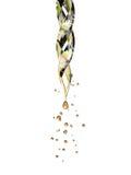 Pipeta de vidro transparente com um gotejamento líquido dourado Fotos de Stock Royalty Free