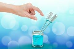 Pipeta en el cubilete de cristal Foto de archivo libre de regalías