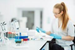 Pipeta opuszcza próbkę w próbnej tubce Laborancki asystent analizuje krew w lab Pomoce, hiv test obrazy royalty free