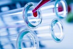 Pipeta Sumujący fluid Jeden Kilka Próbne tubki medical glassware obrazy royalty free