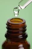 Pipetta e bottiglia di olio essenziale Fotografie Stock Libere da Diritti