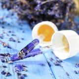 Pipetten met van de bloemessentie en lavendel bloemen Royalty-vrije Stock Foto's