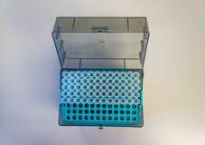 Pipetten tippar från ett laboratorium i en bästa sikt för behållare Royaltyfria Foton
