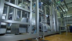 Pipework, бочонки и регуляторы фабрики молокозавода сток-видео