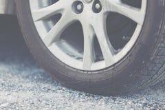 Pipi del ` s del cane alla ruota di automobile fotografia stock libera da diritti