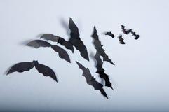 Pipistrelli di carta sul panno bianco Fotografie Stock Libere da Diritti