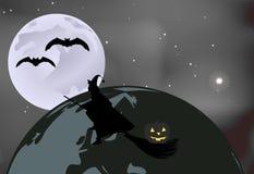 Pipistrelli e una strega con una zucca che sorvola il globo su una notte illuminata dalla luna nella celebrazione di Halloween Fotografia Stock
