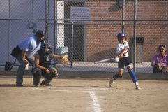 Pipistrello d'oscillazione della ragazza al gioco di softball delle ragazze in Brentwood, CA Fotografie Stock Libere da Diritti