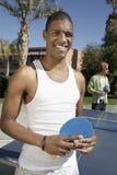 Pipistrello di ping-pong della tenuta del giovane Immagine Stock Libera da Diritti