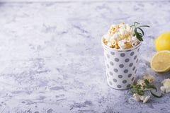 A pipoca caseiro fresca crocante salgado flavored com casca de limão e os alecrins scent em um fundo de madeira simples E foto de stock royalty free