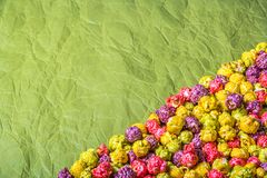 Pipoca colorido do caramelo no papel de envolvimento Fundos e texturas Fotos de Stock Royalty Free