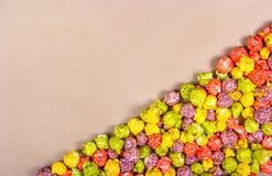 Pipoca colorido doce no fundo de papel Pipoca do caramelo de fruto Foto de Stock Royalty Free